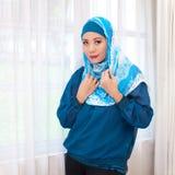Donna malese in abbigliamento e sciarpa moderni immagine stock