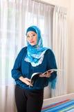 Donna malese in abbigliamento e sciarpa moderni fotografia stock libera da diritti