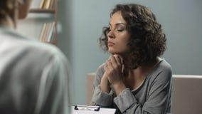 Donna malinconica che parla con lo psicologo alla sessione di terapia, depressione video d archivio