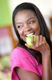 Donna mangiante in buona salute Fotografia Stock Libera da Diritti