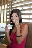 donna mangiante crema del ghiaccio Fotografia Stock Libera da Diritti