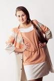 Donna in mantello fotografie stock