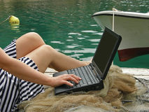 Donna, marinaio, lavoro del falò sul computer portatile Fotografie Stock Libere da Diritti