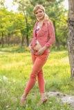 Donna matura adulta felice in un parco fotografia stock
