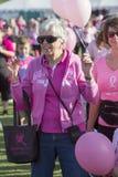 Donna matura all'evento di consapevolezza del cancro al seno fotografie stock