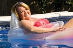 Donna matura alla piscina. fotografie stock libere da diritti
