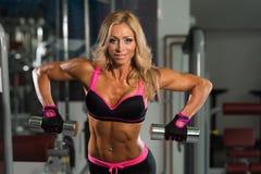 Donna matura in buona salute che fa esercizio per la parte posteriore Fotografia Stock