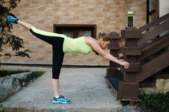 Donna matura che allunga dopo l'allenamento Stile di vita sano Fotografie Stock