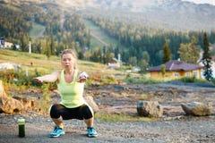 Donna matura che allunga dopo l'allenamento Stile di vita sano Immagine Stock Libera da Diritti
