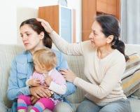 Donna matura che conforta figlia adulta con il bambino Fotografia Stock Libera da Diritti