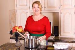 Donna matura che cucina pasta. fotografia stock