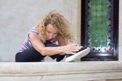 Donna matura che fa allungando gli esercizi in campagna Immagini Stock
