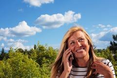 Donna matura che flirta sul telefono Immagini Stock Libere da Diritti