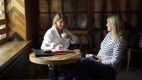 Donna matura che parla con lo psicologo in caffè stock footage