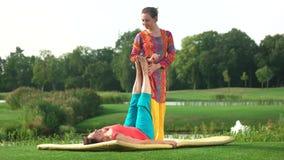Donna matura che riceve massaggio del piede all'aperto stock footage