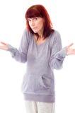 Donna matura che sembra sconcertante e che presenta qualcosa Fotografie Stock Libere da Diritti
