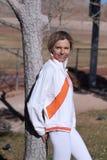 Donna matura che si appoggia sull'albero Fotografia Stock Libera da Diritti