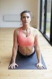 Donna matura che si esercita su Mat In Gym immagine stock libera da diritti