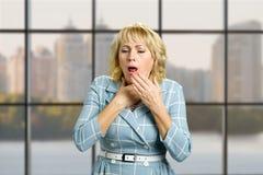 Donna matura che soffre dalla tosse Immagine Stock Libera da Diritti