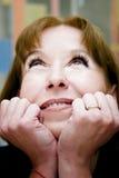 Donna matura che sogna sguardo fotografia stock libera da diritti