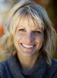 Donna matura che sorride alla macchina fotografica Immagini Stock