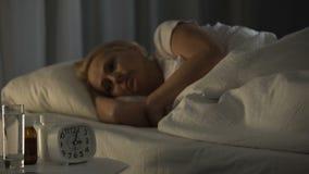 Donna matura che spende notte insonne al centro di riabilitazione, dolore ritenente video d archivio