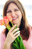 Donna matura con i fiori Immagini Stock