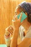 Donna matura con Smartphone Fotografia Stock Libera da Diritti