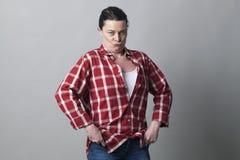 Donna matura del maschiaccio che sta con ampio impressionare delle spalle Fotografia Stock Libera da Diritti