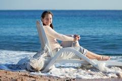 Donna matura felice vicino al mare Immagini Stock