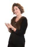 Donna matura isolata che scrive un messaggio sul suo telefono Immagini Stock