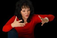 Donna matura nella discussione rossa del maglione Fotografie Stock