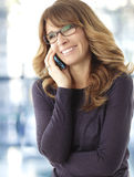 Donna matura che parla sul telefono Fotografie Stock Libere da Diritti