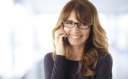 Donna matura che parla sul telefono Immagini Stock Libere da Diritti