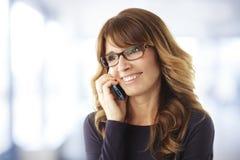 Donna matura che parla sul telefono Immagini Stock