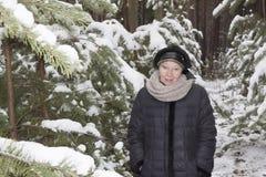 Donna matura in una foresta nevosa Fotografia Stock Libera da Diritti