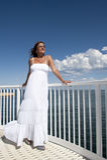 Donna matura in vestito bianco romantico all'oceano Fotografia Stock Libera da Diritti
