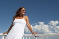 Donna matura in vestito bianco romantico all'oceano Immagine Stock