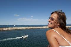 Donna matura in vestito bianco romantico all'oceano Immagine Stock Libera da Diritti