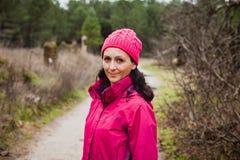 Donna maturata nella foresta fotografia stock