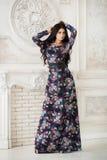 Donna in maxi vestito lungo in studio Fotografia Stock Libera da Diritti
