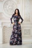 Donna in maxi vestito lungo in studio Fotografia Stock