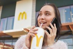 Donna a McDonald's immagini stock