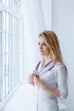 Donna medica di medico del medico sopra il fondo blu della clinica Fotografie Stock Libere da Diritti