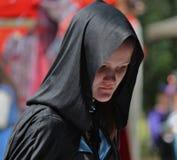 Donna medievale che vaga intorno al Faire Immagini Stock Libere da Diritti