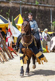 Donna medioevale che monta un cavallo Fotografie Stock Libere da Diritti