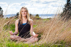 Donna Meditating di yoga Immagine Stock