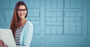 Donna millenaria con il computer portatile contro le finestre disegnate a mano blu Fotografia Stock