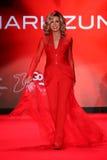 Donna Mills anda a pista de decolagem no vermelho ir para a coleção vermelha 2015 do vestido das mulheres Fotografia de Stock