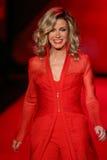 Donna Mills anda a pista de decolagem no vermelho ir para a coleção vermelha 2015 do vestido das mulheres Foto de Stock